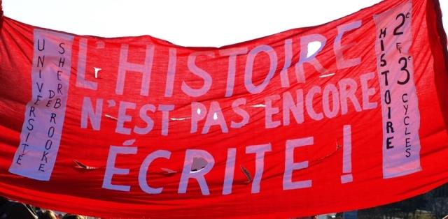 « L'histoire n'est pas encore écrite ! » : banderole des étudiants de maîtrise et de doctorat en histoire de l'Université de Sherbrooke lors de la manifestation étudiante nationale du 22 mars 2012. Crédits : Pascal Scallon-Chouinard.