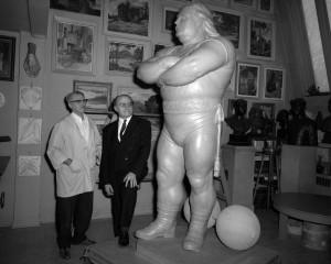La statue de bronze de Louis Cyr dans l'atelier de son créateur, Robert Pelletier, 20 décembre 1969 (Fonds Armour Landry).
