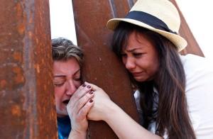 Photo du New-York Times où apparaissent Renata Teodoro (à droite) et sa mère Gorete Borges Teodoro (à gauche), qui a été déportée en 2007, se retrouvant à la frontière.