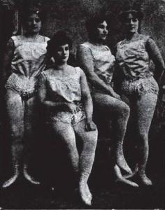 Mlle Athleta et ses trois filles : Anna, Louise et Brada. Photographie tirée du livre Les rois de la force d'Edmond Desbonnets, p. 380.