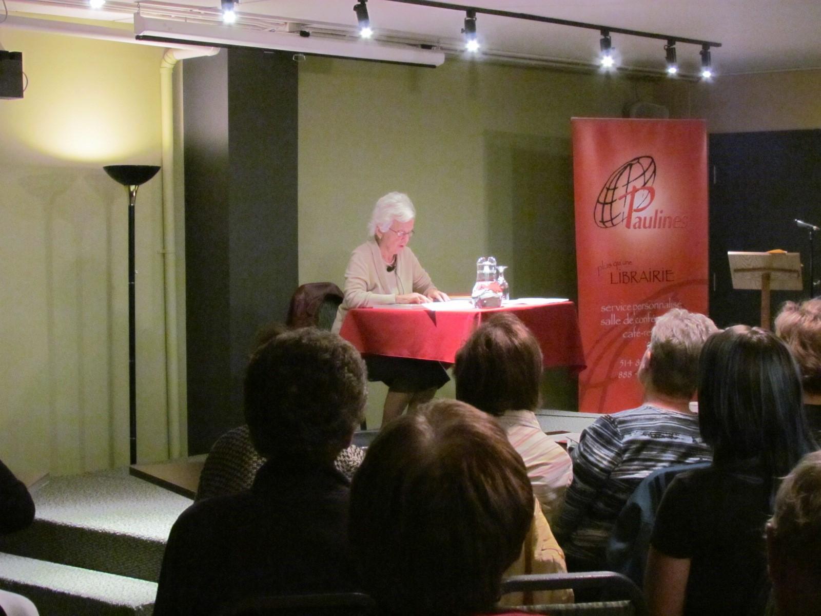 Micheline Dumont lors de sa conférence à la Librairie Paulines.