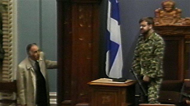 Le sergent d'armes René Jalbert intervient pour convaincre Denis Lortie de mettre fin à la fusillade.  Image de l'Assemblée nationale.