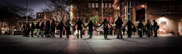 Rassemblement place Émilie-Gamelin (Montréal) en solidarité avec les victimes de l'État Mexicain, novembre 2014. Crédits : MOD (Flickr).