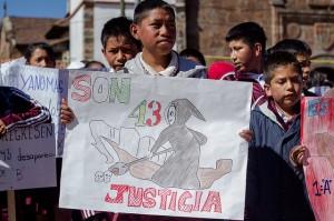 Marche pour Ayotzinapa à Cherán, décembre 2014. Crédits : kinoluiggi (Flickr).