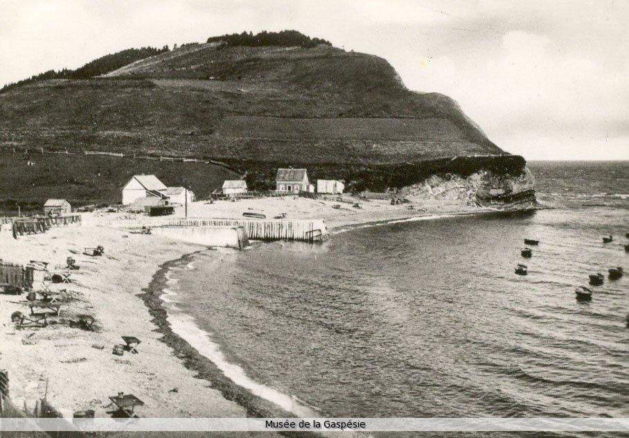 Anse de pêche de Petite-Rivière-au-Renard. Source : Musée de la Gaspésie, Collection Marcel Lamoureux.