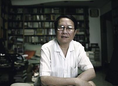 Qin Hui, l'historien engagé, siégeant au milieu de ses livres.